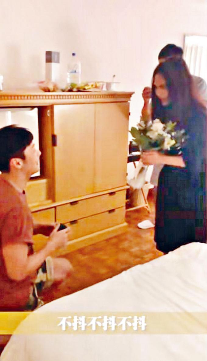 李榮浩跪地求婚。