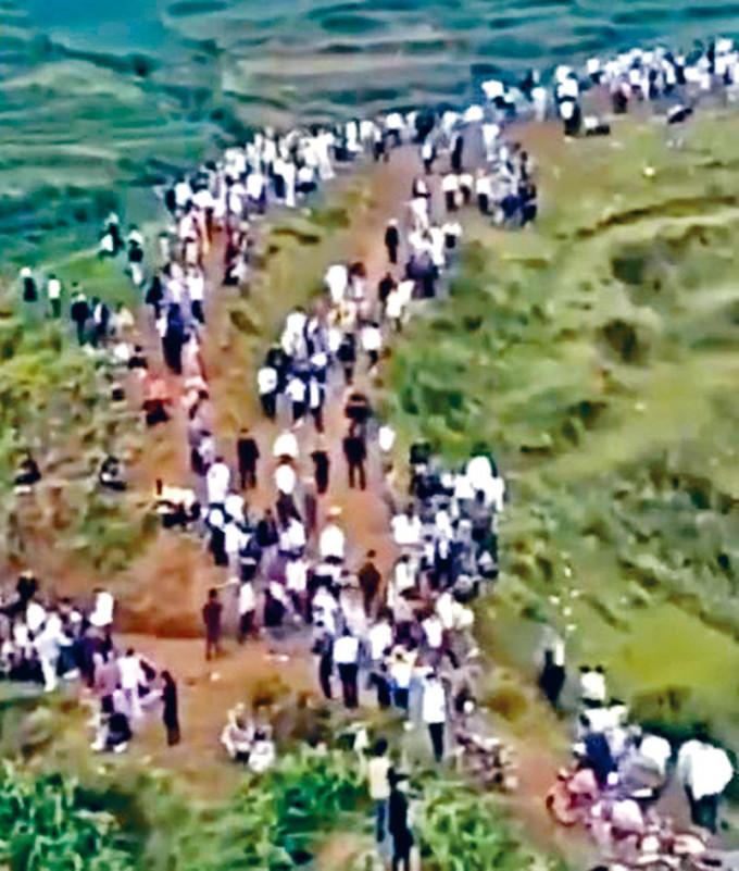 山頭站滿探聽「龍吟」的村民。