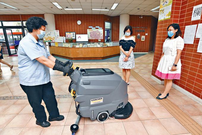 院長鄧銘斯(右)指因應疫情,先後購入科技產品,如大型洗地清潔機。