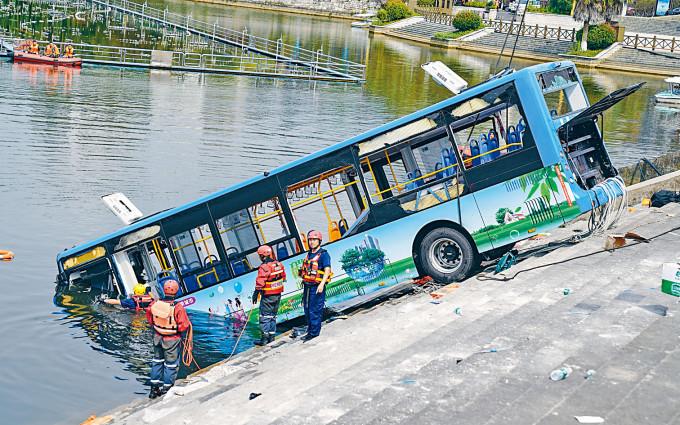 貴州巴士墮湖造成二十一死。