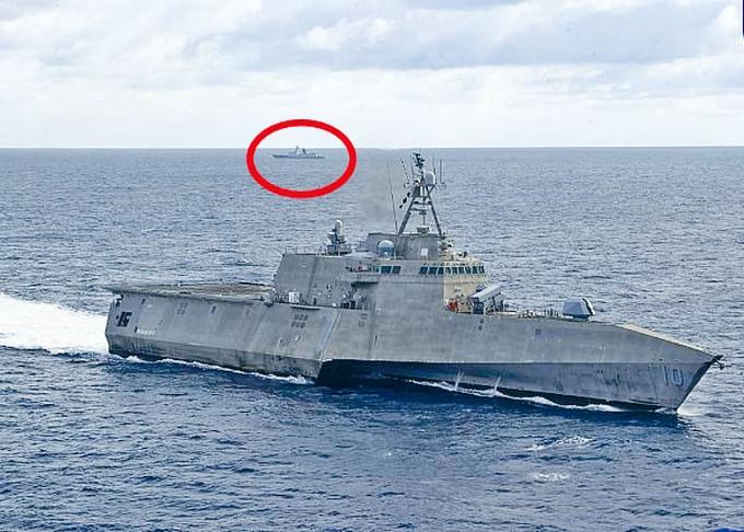 美軍發出其軍艦在南海巡航圖片,遠處可見一艘中國軍艦(紅圈示)。