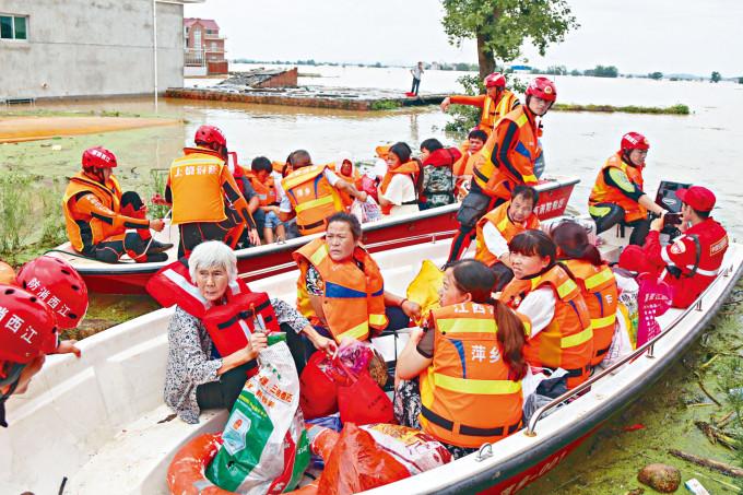 江西鄱陽縣民眾搭乘衝鋒舟離開村莊。