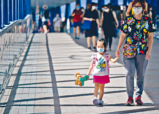 新冠肺炎陰霾未除,昨又有一宗疑似本地個案出現,大人與小朋友出街時,仍要做足防疫措施。