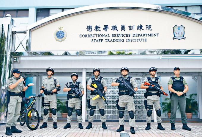 懲教署區域應變隊於一六年成立,成員均配備了防暴槍等武器。