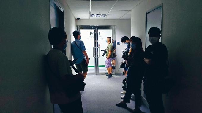 警方進入香港民意研究所總部調查。大批傳媒在門外守候。