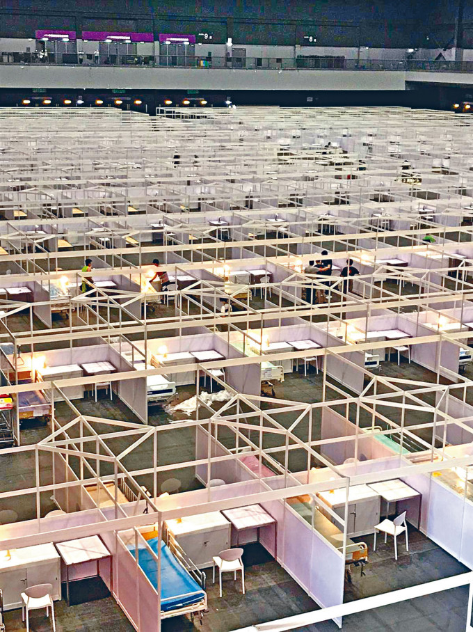 中央有份派員在亞洲國際博覽館,協助興建的「方艙醫院」今午啟用。