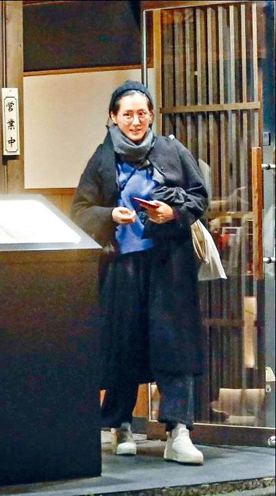 雜誌公開綾瀨遙和魯敏宇去年約會食燒肉的照片,但女方繼續否認戀情。