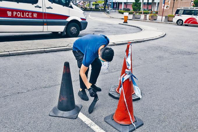 警方當日在幸福中心外檢走刀套。