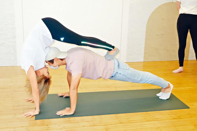陳柏宇與太太即場示範情侶瑜伽。