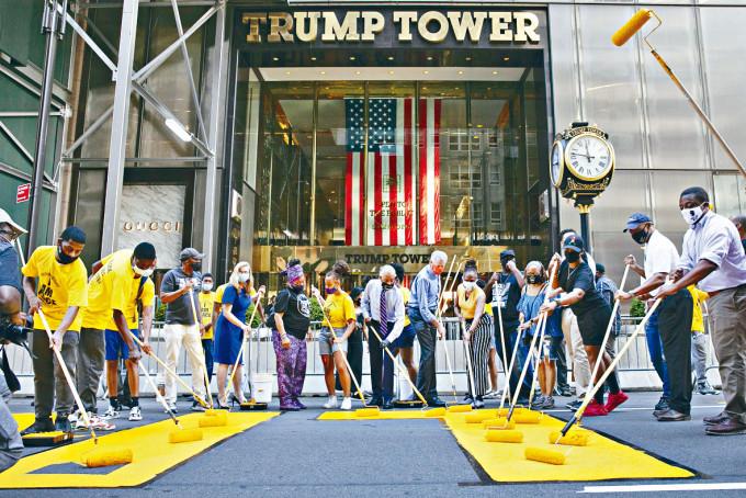 紐約市長白思豪周四在特朗普大樓前,參與髹上「黑人的命也是命」大字。