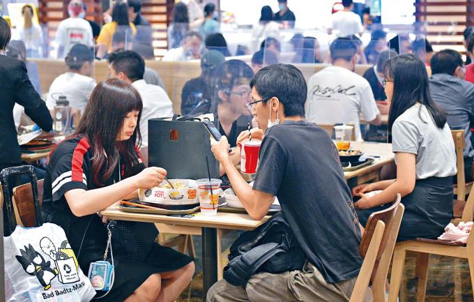 市民在新冠肺炎疫情下,如常出外用膳。