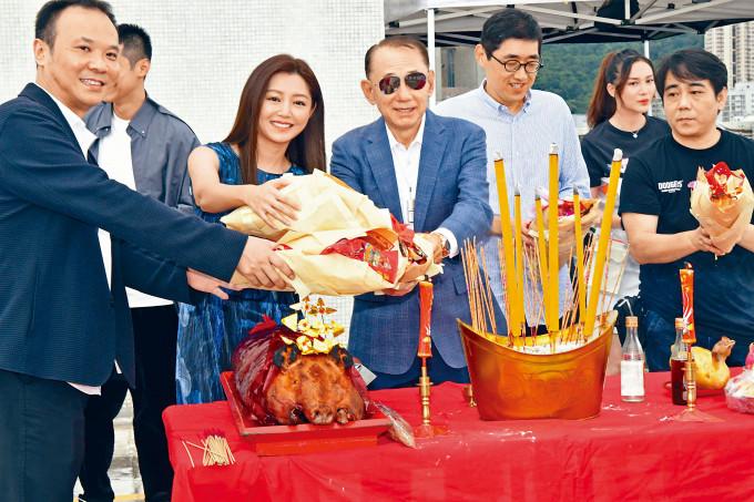 英皇集團主席楊受成博士率領新戲台前幕後,進行拜神儀式。