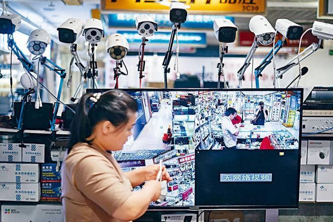 北京一家商場出售的海康威視產品。