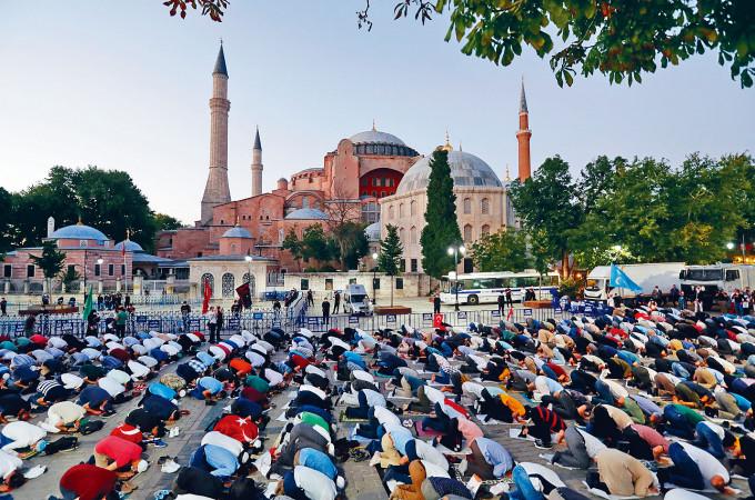 土耳其大批穆斯林前日在世界遺產聖索菲亞大教堂前晚禱。