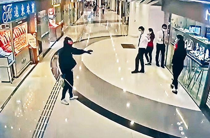 當日持伸縮棍匪徒將金行職員趕出走廊。