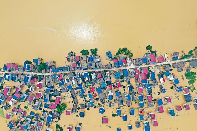 航拍洪水圍困中的江西省鄱陽縣昌洲鄉南湖村,一片澤國。
