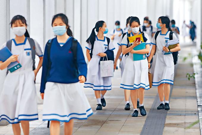 莘莘學子復課個多月後,又因疫情再爆發而提早放暑假。