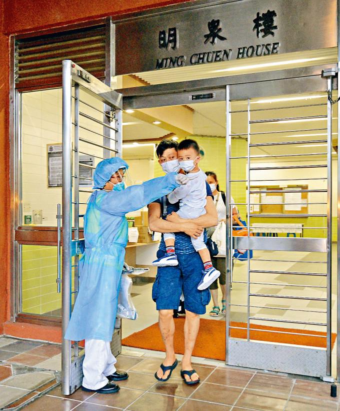新冠肺炎疫情來勢洶洶,水泉澳邨明泉樓爆發大型群組,昨增十一人確診。