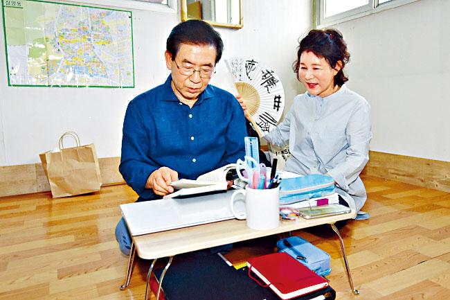 朴元淳兩年前與妻子入住三陽洞一間天台屋。