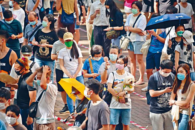 民主派初選昨首日進行,市民無懼炎熱天氣,在設於大埔廣場外空地的票站「打蛇餅」排隊輪候投票。