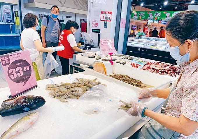北京市民在超市內選購厄瓜多爾白蝦。