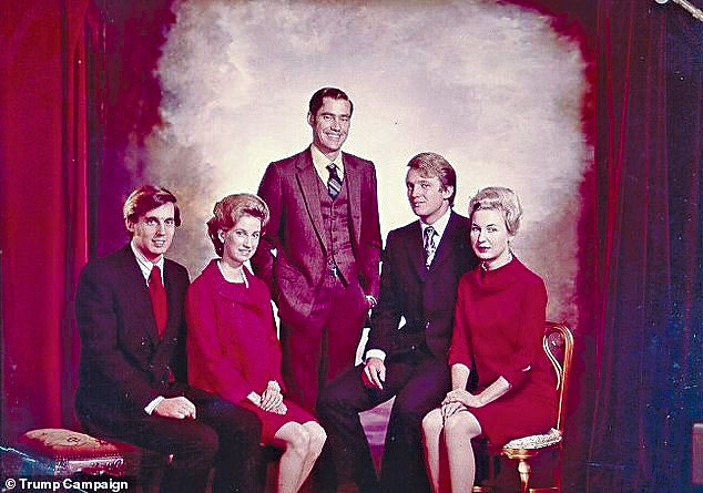 特朗普(右二)與兄弟姊妹年輕時的合照,右一為姊姊瑪麗安。