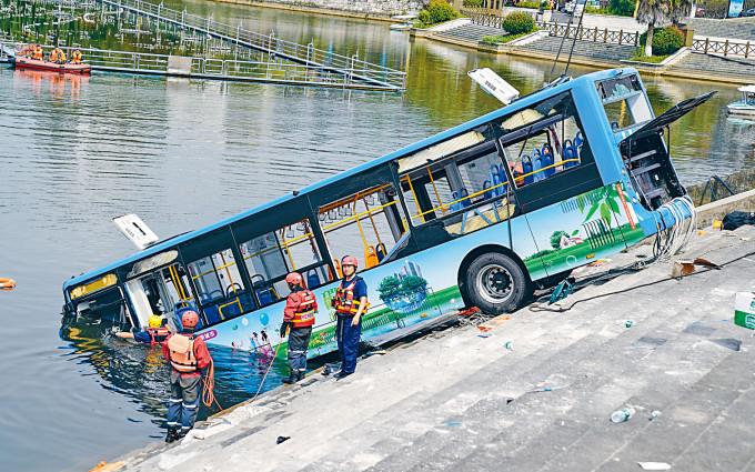 貴州安順一輛巴士周二衝入水庫,造成二十一人死亡。