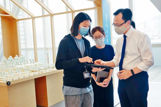 公務員事務局局長聶德權到香港藝術館,了解防疫安排。