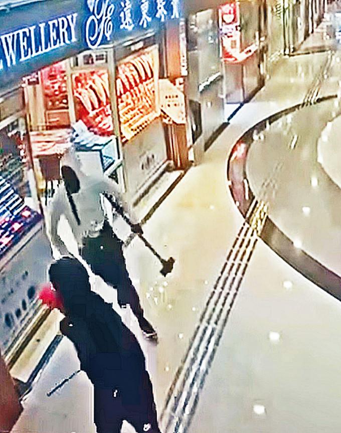 案發當天商場「天眼」攝下持鐵錘賊人逃走。