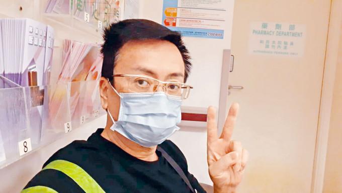 劉少君離開醫院前,開心擺出V字手勢。