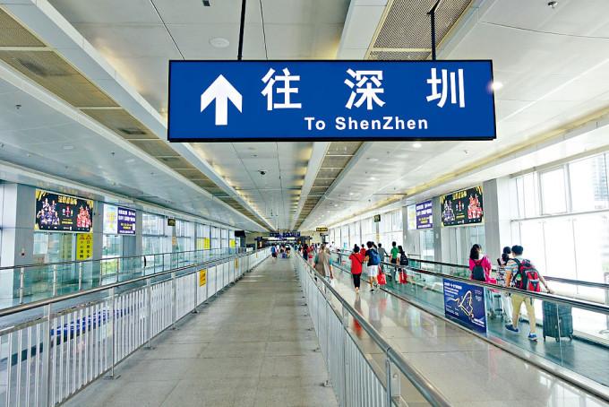 經深圳灣往內地的市民大增,前日出境人數逾二千四百多人。