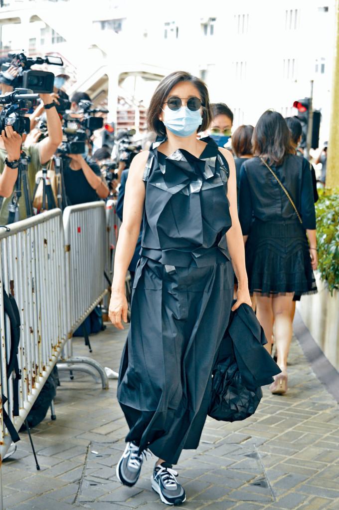 大美人林青霞雖然包到冚,但仍被記者認出。