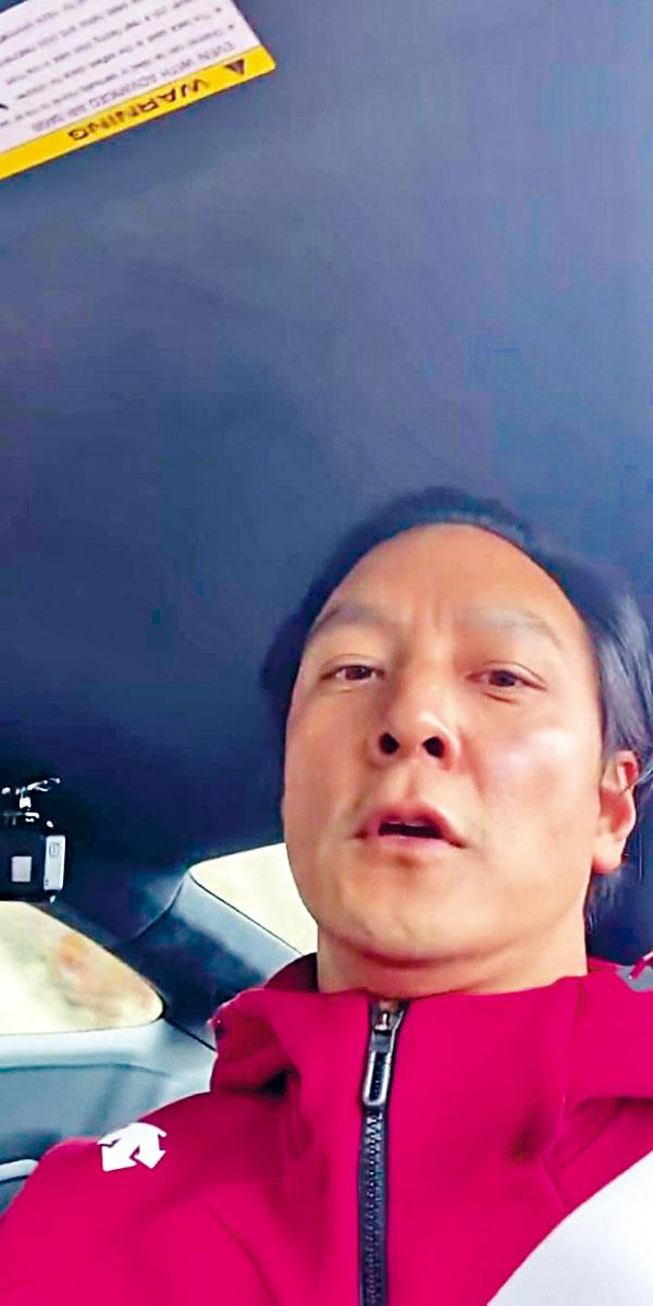 吳彥祖揸跑車,但大風吹起頭髮露出頗高的髮綫位。