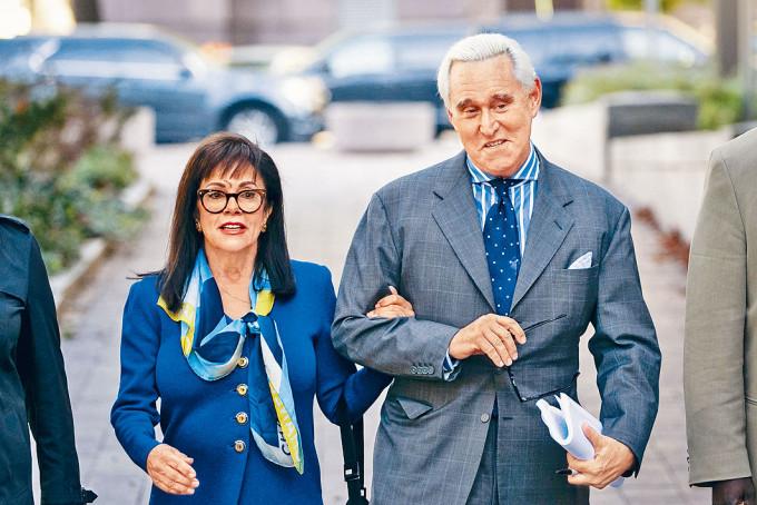 斯通與妻子去年底在華盛頓法院。