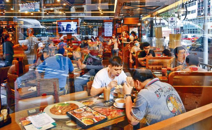 政府恢復早午市堂食,銅鑼灣茶餐廳迎接上班族午市生意。
