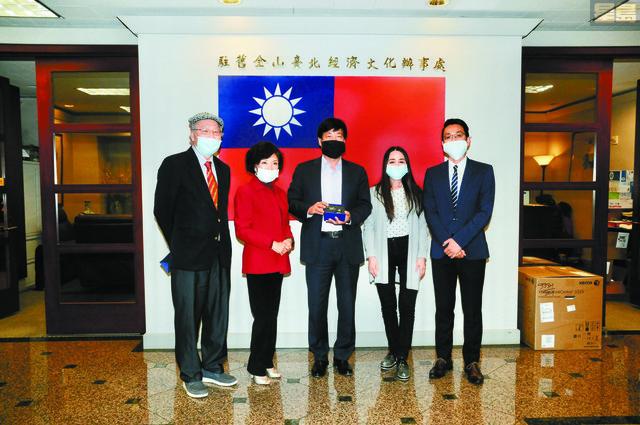 僑務委員夏玉珠(左2)、關健中(左1)、呂玉貞(右2)向馬鍾麟處長(中)致送紀念品,以感謝他多年來傾心為僑,努力奉獻,文教中心主任蘇上傑(右1)陪同出席。馬紅兵攝