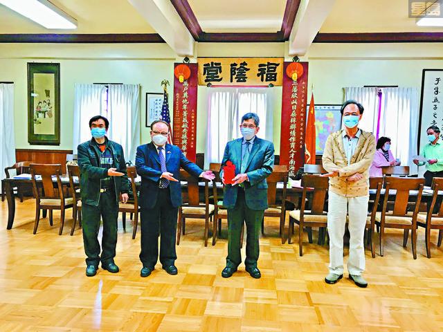 在監交人中華總商會會長區國雄(右2)主持監交下,新任總理何偉明(左2)、書記陸潮基(左1)與滿任總理關家澄(右1)順利完成印信交接工作。(馬紅兵攝)