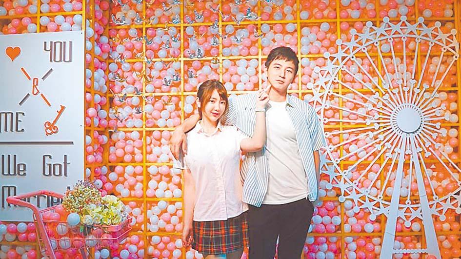 楊奇煜(右)日前宣布與女友言言(左)登記結婚。 網上圖片