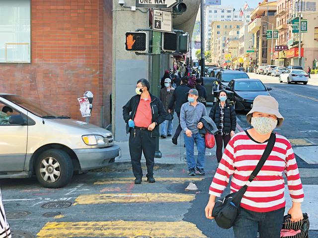 居家避疫慶祝國慶,三藩市街頭不似往常繁忙,但都有民眾外出購物。本報記者攝
