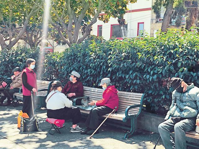 華埠花園角公園民眾小聚。本報記者攝