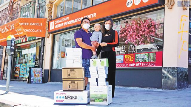 小青一家三口捐贈衛生防護用品到《星島日報》華埠門市部。記者黃偉江攝