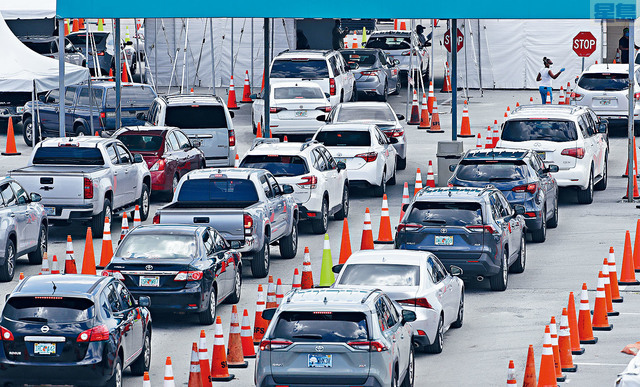 ■佛州是疫情最嚴重的地區之一。圖為邁阿密民眾駕車等候得來速式新型冠狀病毒測試。    美聯社