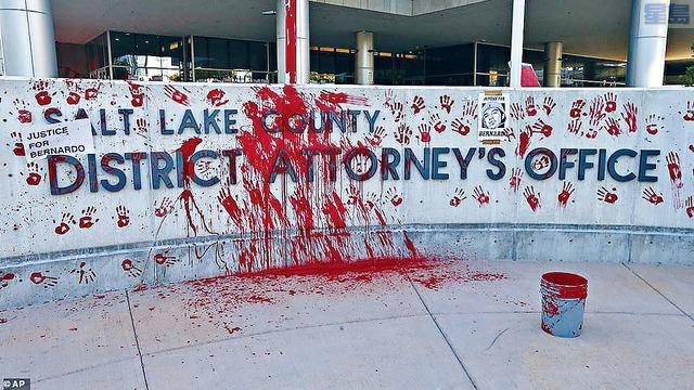 示威者聚集在鹽湖縣檢察官辦公室外面,有人向辦公室門外潑紅油。美聯社