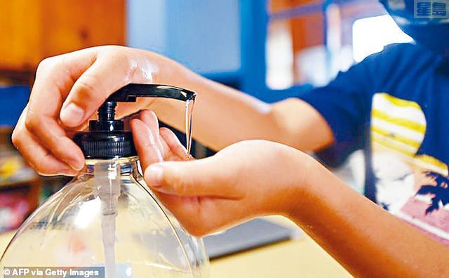 疫情期間,酒精搓手液是消毒的好幫手,但要小心選擇。法新社