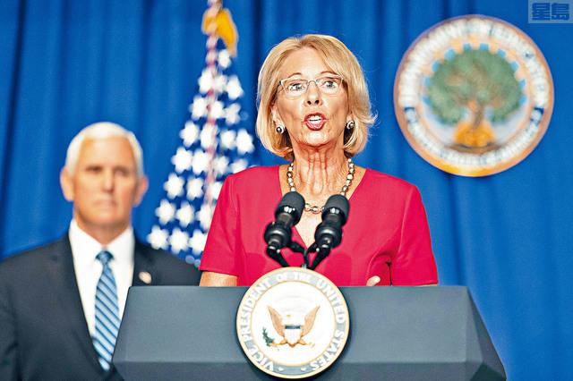 特朗普曾威脅,如學區拒絕重開學校,聯邦政府將削減撥款。教育部長德沃斯補充解釋,不是削減教育經費,而是把款項轉用到其他方面。     美聯社