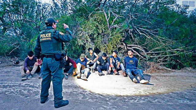最新數字顯示,6月在南部邊境逮捕的非法移民急升40%,執法部門逮捕了約3.3萬人。    資料圖片
