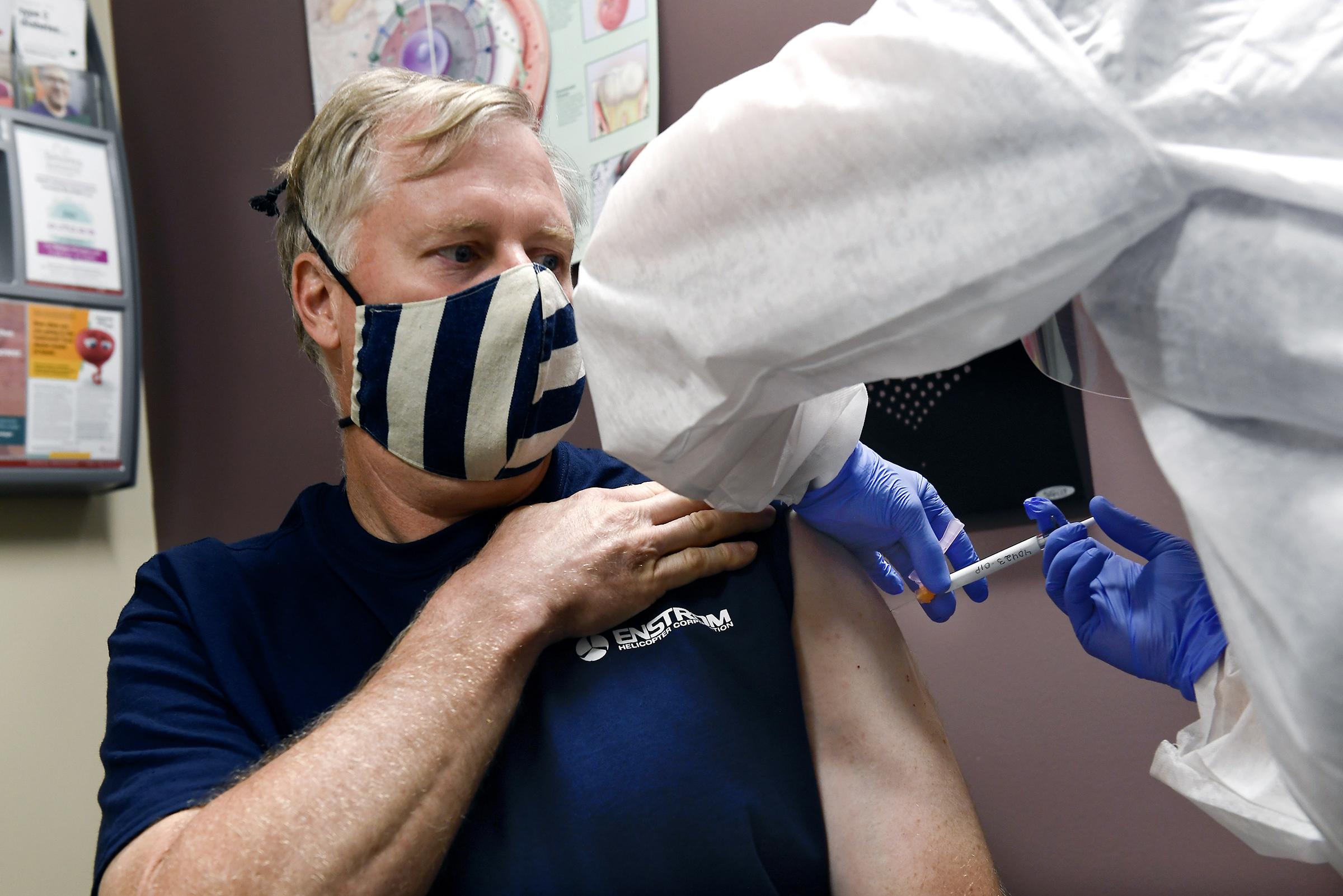 NIAID所長福西證實,科學家正為「人類挑戰試驗」作初步準備,正考慮讓志願者主動感染新冠病毒,從而加快疫苗的研究進度。     美聯社