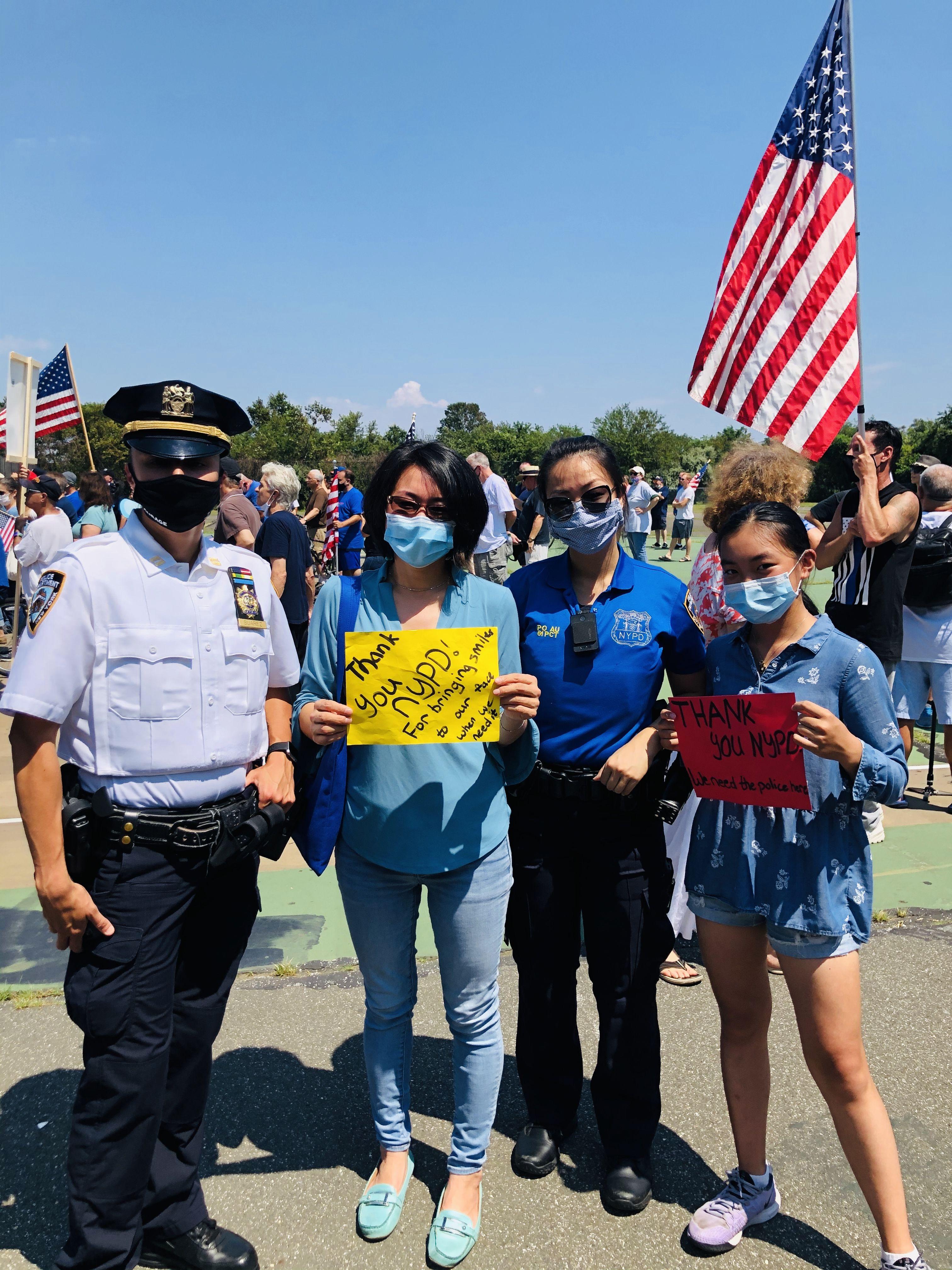 ■( 左 至 右 ) 市 警 6 1 分 局 副 局 長 K r y s t i n Suarez、陳麗娜、社區聯絡官歐陽佩儀及 Maggie參與集會與遊行。 主辦方提供