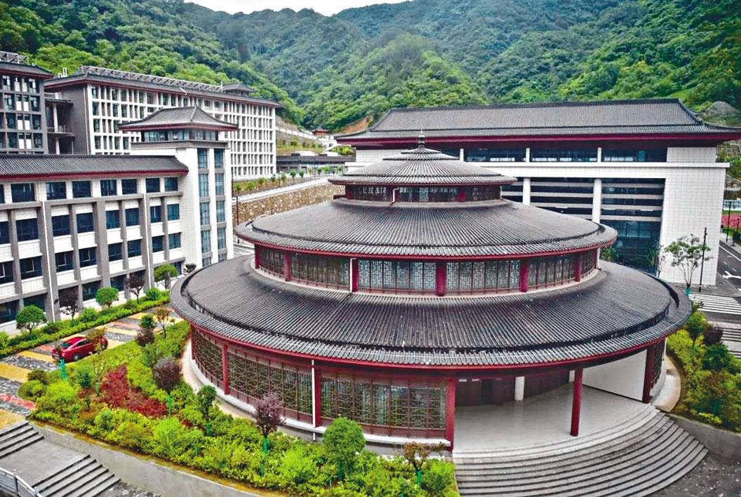 鎮安縣中學的圖書館宛如北京天壇。