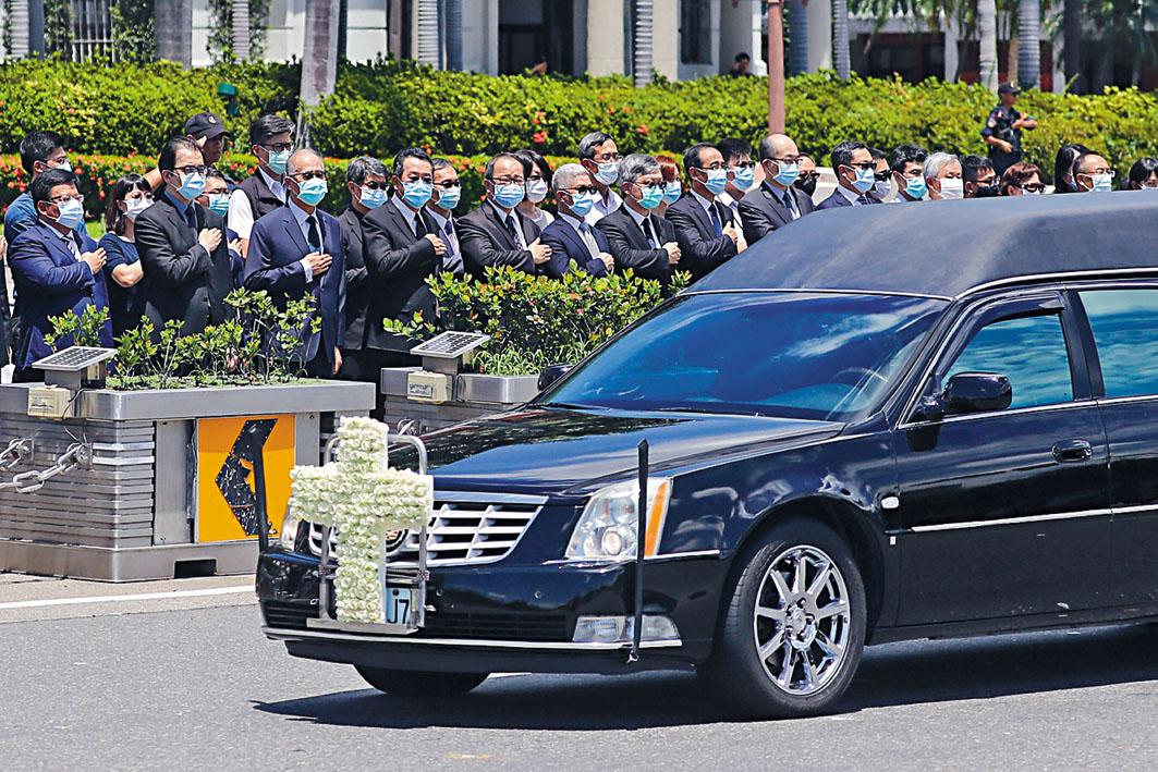 總統府官員列隊向李登輝靈車行禮致敬。